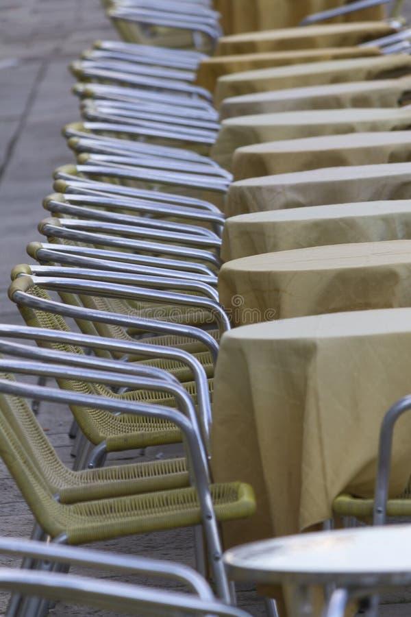 Tabeller och stolar i gatan royaltyfria bilder