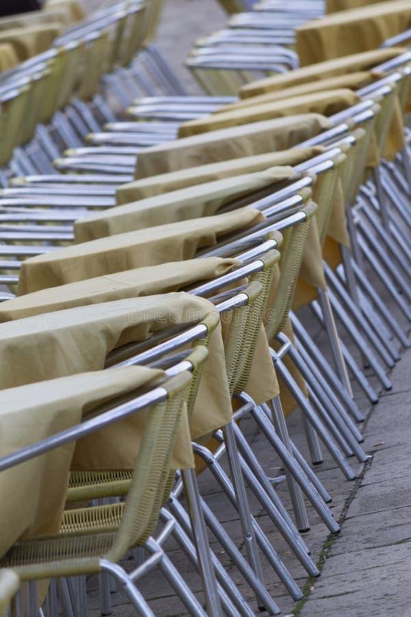 Tabeller och stolar i gatan arkivfoton