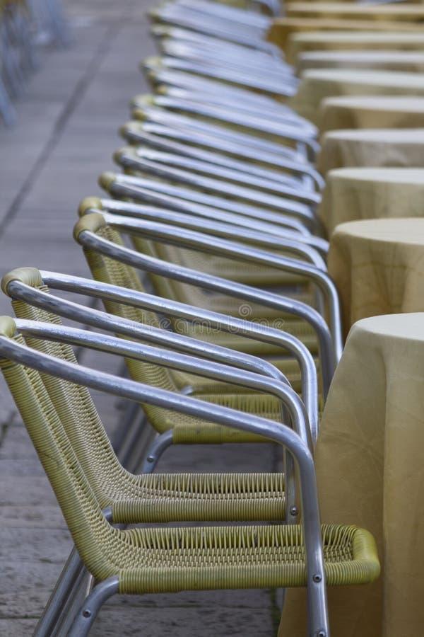 Tabeller och stolar i gatan royaltyfri foto