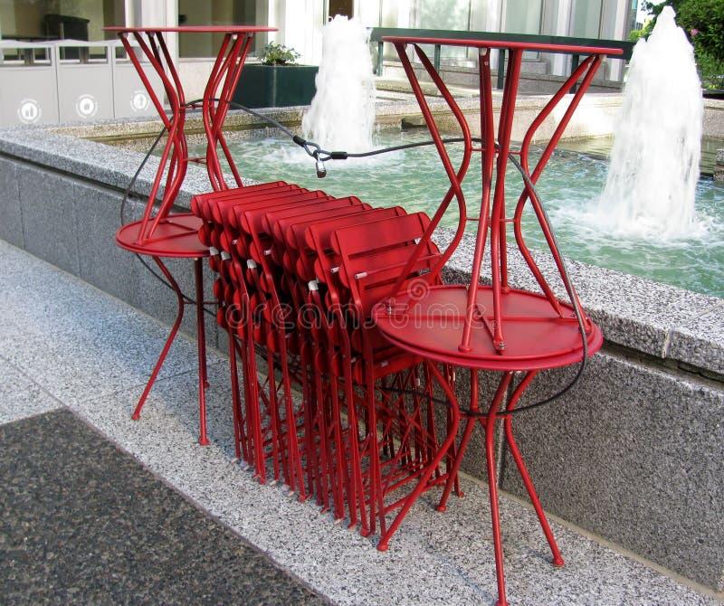 Tabeller och stolar som staplas trevligt royaltyfri fotografi
