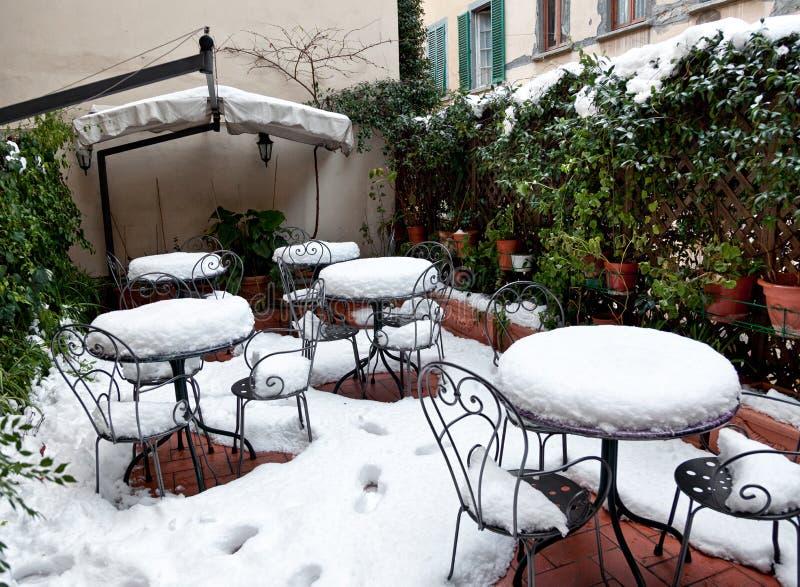 Tabeller och stolar som täckas i djup snö fotografering för bildbyråer