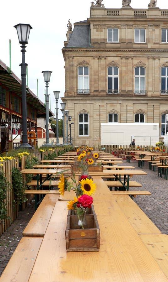 Tabeller som dekoreras för en festival i Tyskland royaltyfri fotografi