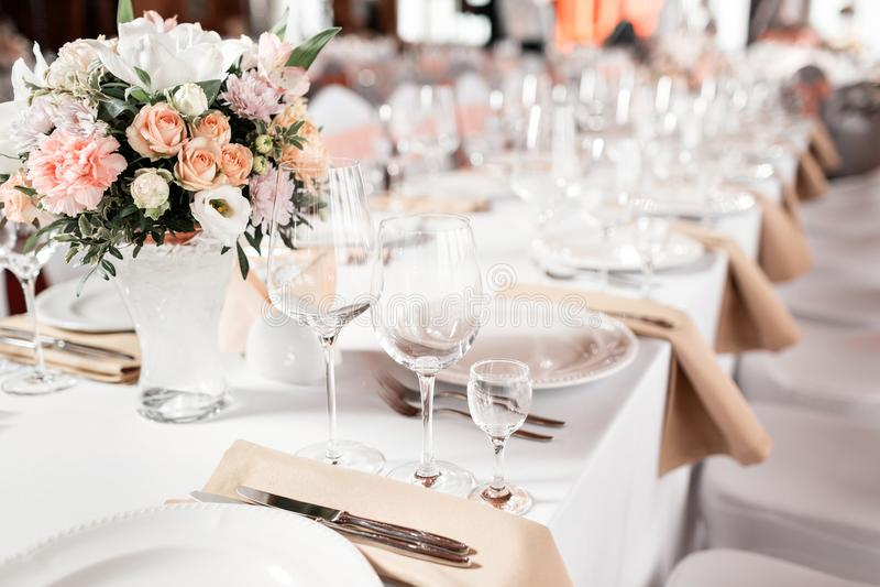 Tabeller ställde in för ett händelseparti- eller bröllopmottagande Lyxig elegant tabellinställningsmatställe i en restaurang Expo royaltyfri fotografi