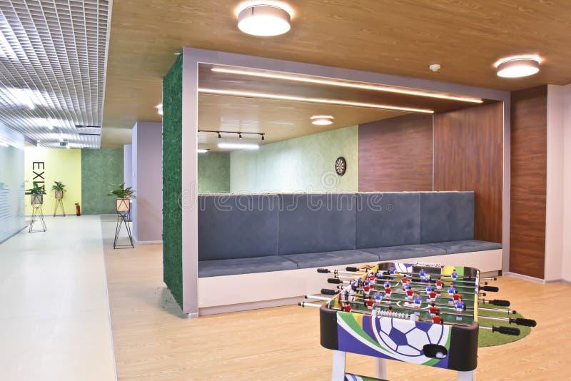 Tabellfotboll i ett stort kontorsrum arkivbilder