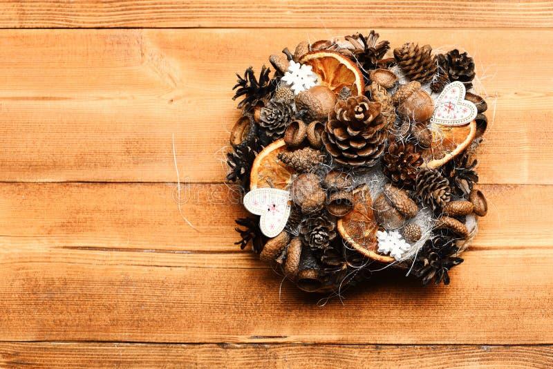 Tabellgarneringar på träbakgrund Kottar för granträd, ekollonar royaltyfria bilder