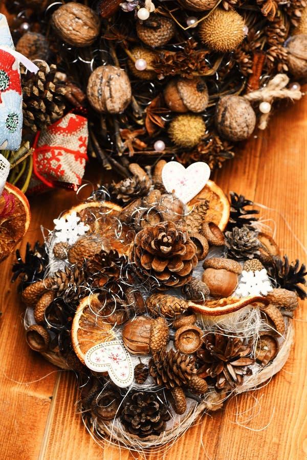 Tabellgarneringar på träbakgrund Kottar för granträd, muttrar, ekollonar royaltyfria bilder