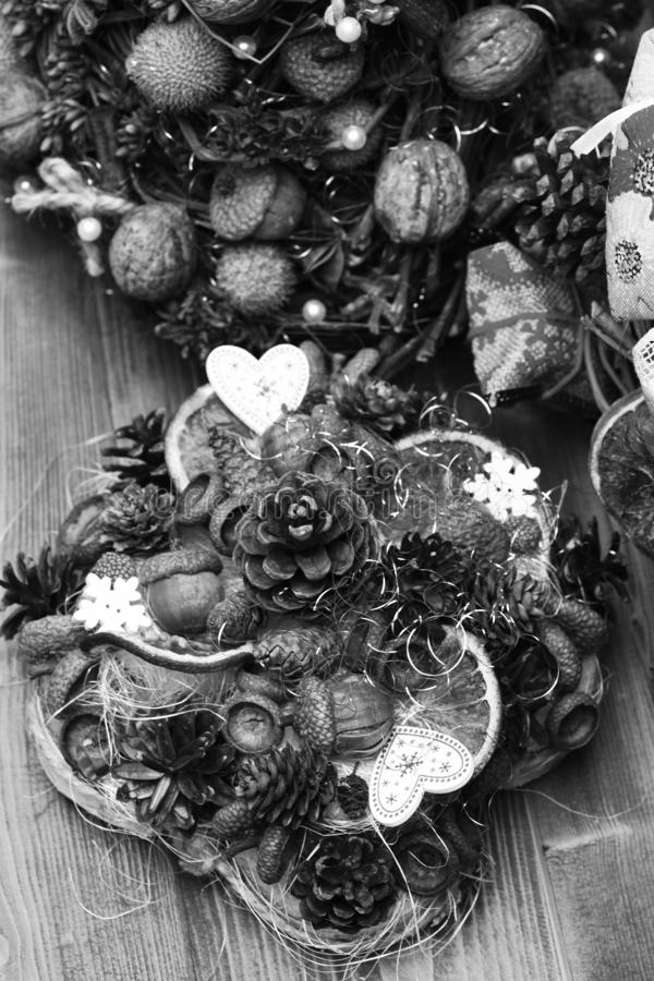 Tabellgarneringar på träbakgrund Kottar för granträd, muttrar, ekollonar arkivbild
