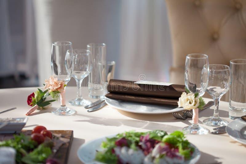 Tabellinbrott restaurangen blom- dekor på exponeringsglasen som gifta sig arkivbild