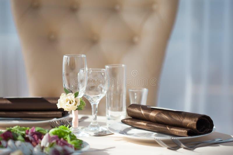Tabellinbrott restaurangen blom- dekor på exponeringsglasen som gifta sig arkivbilder