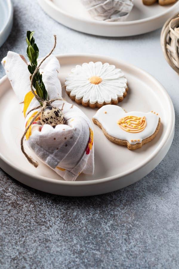 Tabellinställning för ferien av påsken Fotoet visar vit disk, att tjäna som som är mattt, påskägg i en servett servett royaltyfria bilder