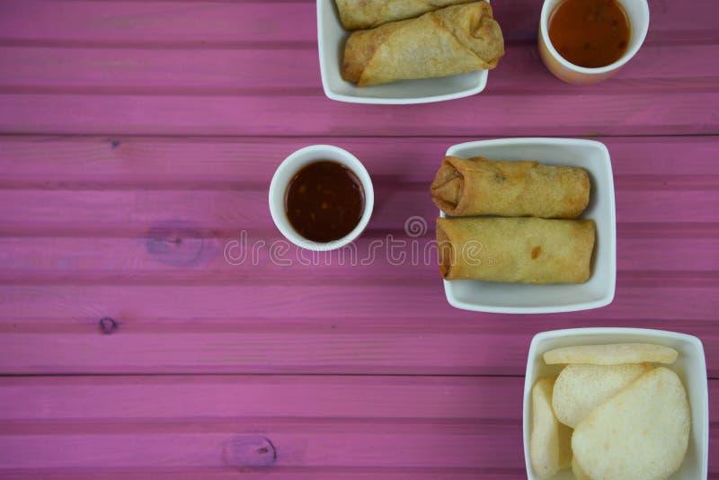 Tabellinställning med startknappdisk av lagad mat vårrullar och doppasås royaltyfri foto