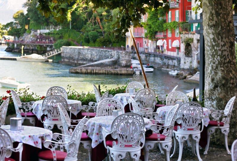 Tabellinställning på den utomhus- restaurangen royaltyfria foton