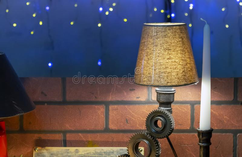 Tabelllampa i en modern stil på en mörk bakgrund fotografering för bildbyråer