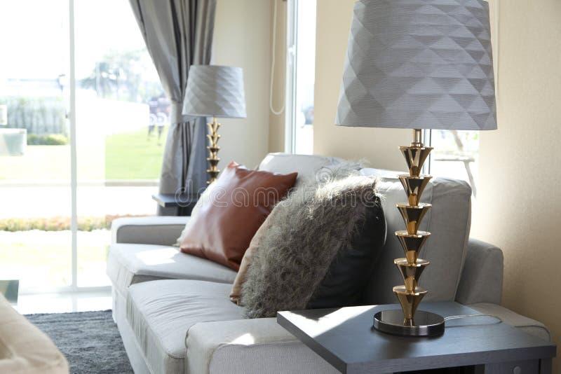 Tabelllampa i livingroom royaltyfri foto