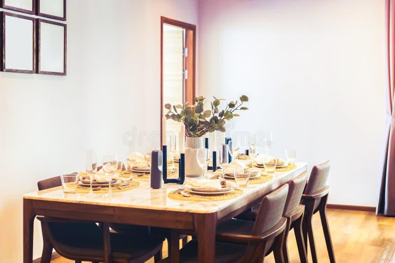 Tabellmatställen i rummet Det vese, exponeringsglaset och maträtten på tabellen Rummet har dörren, stol, bildram royaltyfri bild