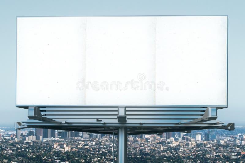 Tabellone per le affissioni in bianco al backgound di vista della città di megapolis fotografia stock