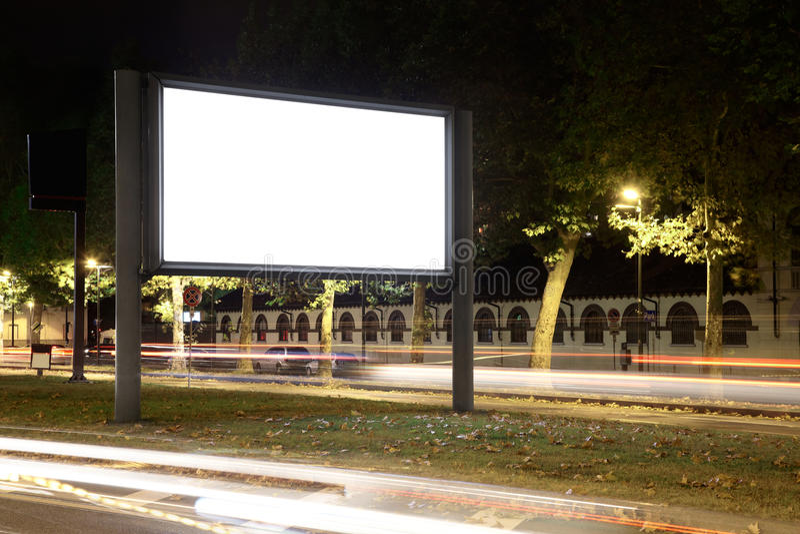 Tabellone per le affissioni in bianco alla notte immagini stock libere da diritti