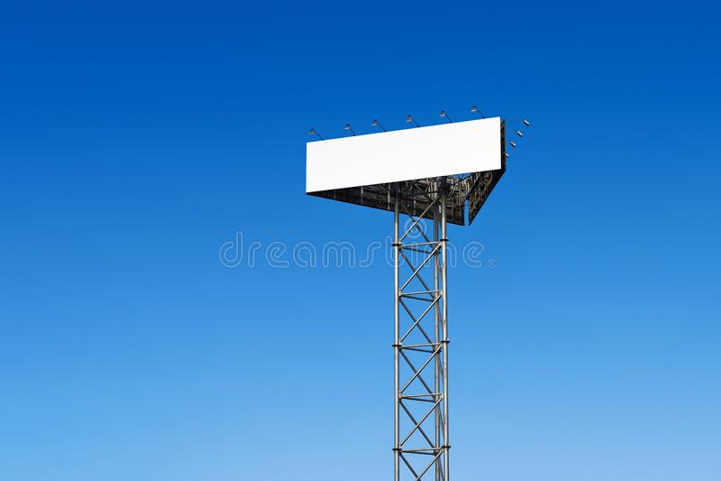 Tabellone per le affissioni in bianco contro un cielo blu fotografia stock