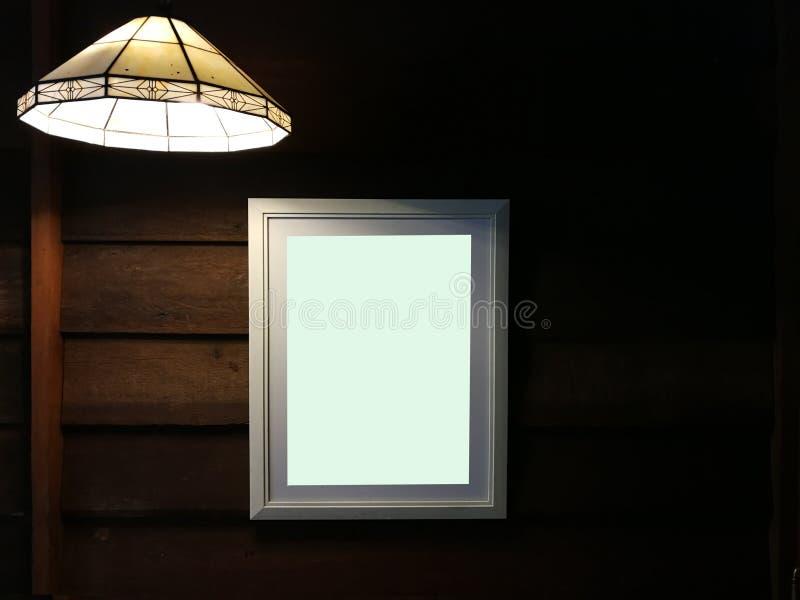 Tabellone per le affissioni in bianco illuminato con lo spazio della copia per il vostro messaggio di testo o contenuto fotografie stock libere da diritti