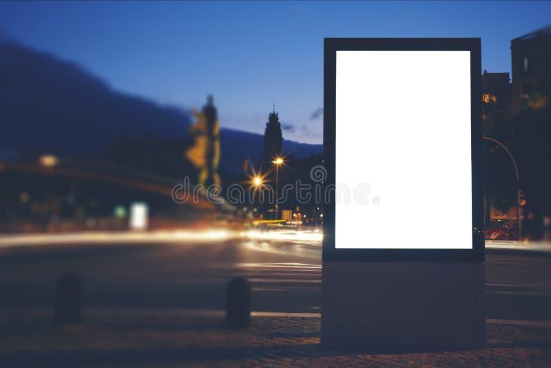 Tabellone per le affissioni in bianco illuminato con lo spazio della copia per il vostro messaggio di testo o contenuto immagini stock libere da diritti