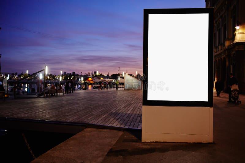 Tabellone per le affissioni in bianco illuminato con lo spazio della copia per il vostro messaggio di testo o contenuto promozion fotografie stock libere da diritti
