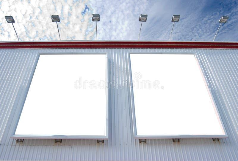 Tabellone per le affissioni in bianco multiplo con le lampade immagine stock