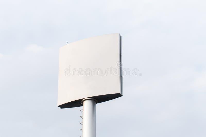 Tabellone per le affissioni in bianco per il manifesto all'aperto di pubblicità o tabellone per le affissioni in bianco a tempo d fotografia stock libera da diritti