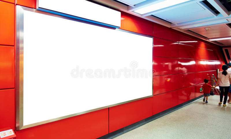 Tabellone per le affissioni in bianco in sottopassaggio fotografie stock