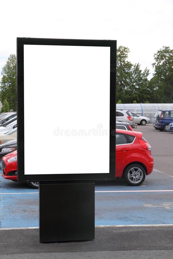Tabellone per le affissioni in bianco su un parcheggio fotografie stock