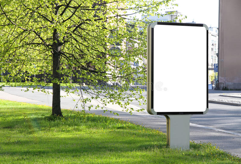 Tabellone per le affissioni in bianco su una via fotografia stock