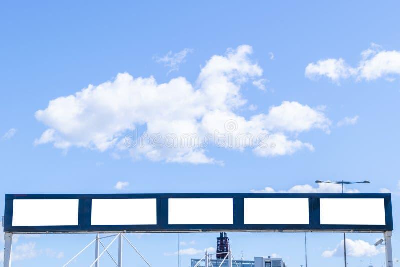 Tabellone per le affissioni bianco in bianco sulla via della città Nella via e nella costruzione del fondo Derisione su Manifesto immagine stock