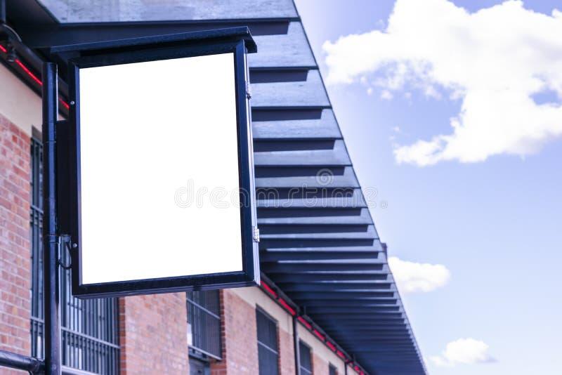 Tabellone per le affissioni bianco in bianco sulla via della città Nella via e nella costruzione del fondo Derisione su Manifesto fotografia stock
