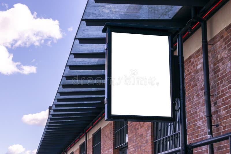 Tabellone per le affissioni bianco in bianco sulla via della città Nella via e nella costruzione del fondo Derisione su Manifesto fotografie stock