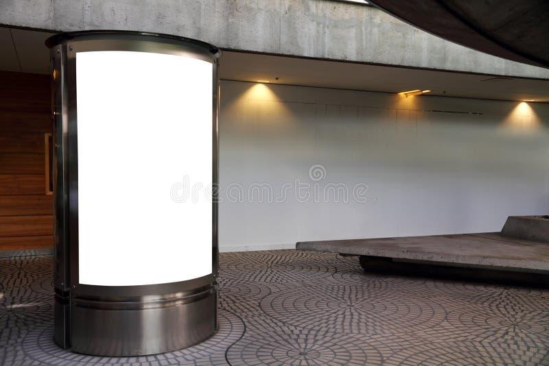 Tabellone per le affissioni in bianco in un passaggio fotografie stock libere da diritti