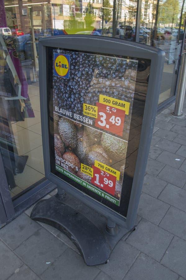 Tabellone per le affissioni dal supermercato di Lidl a Haarlem i Paesi Bassi immagini stock libere da diritti