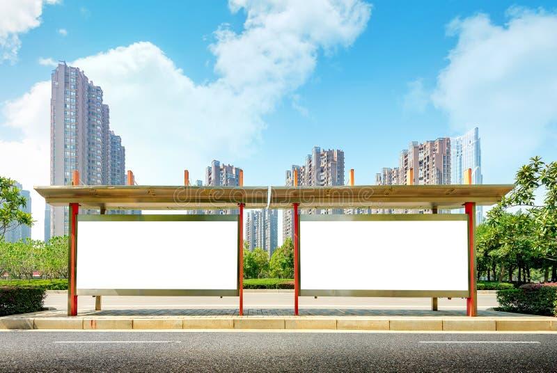 Tabellone per le affissioni della fermata dell'autobus in scena fotografie stock libere da diritti