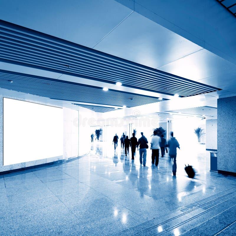 Tabellone per le affissioni dello spazio in bianco della stazione della metropolitana di Corridoio immagine stock libera da diritti