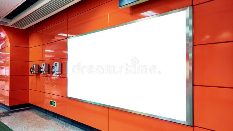 Tabellone per le affissioni di pubblicità in bianco in sottopassaggio fotografie stock libere da diritti