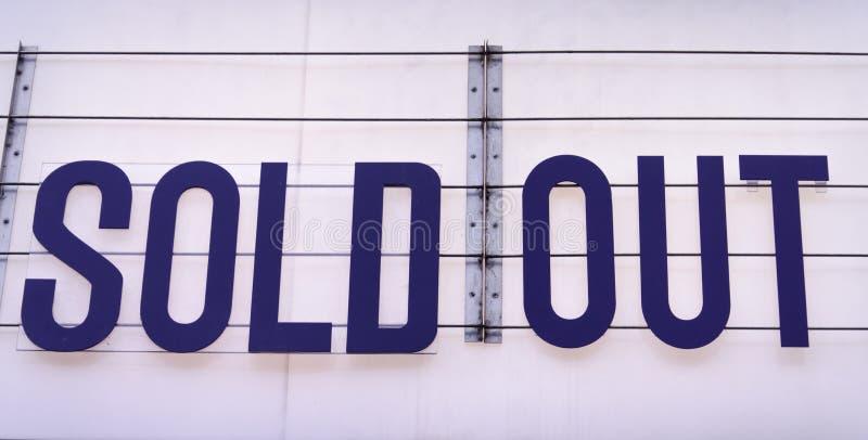 Tabellone per le affissioni esaurito su una sede di concerto in blu su backgroun bianco immagine stock