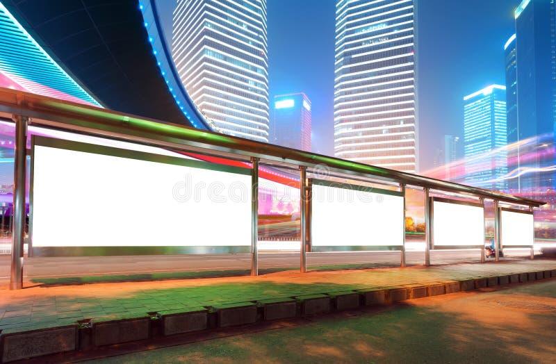 Tabellone per le affissioni (notte) immagine stock