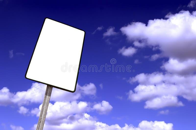 tabellone per le affissioni su un cielo blu con le nubi fotografia stock libera da diritti