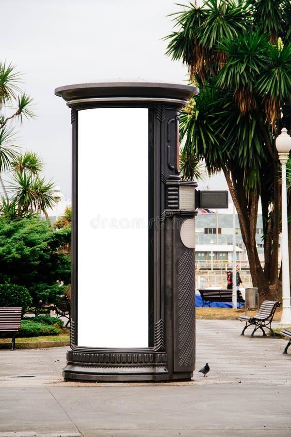 tabellone per le affissioni sulla colonna nella città fotografia stock