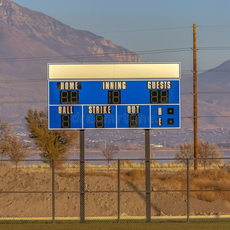 Tabellone segnapunti elettronico blu e bianco del quadrato di baseball ad un campo sportivo immagine stock libera da diritti