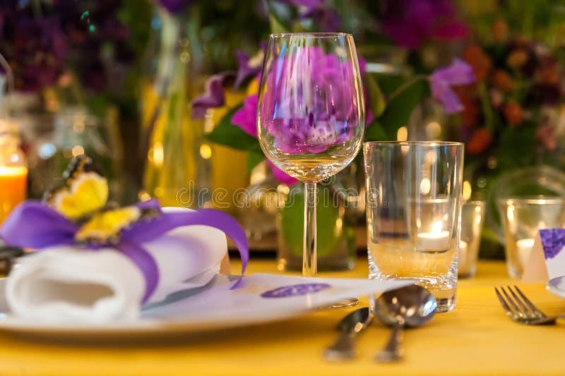 Tabellprydnad med exponeringsglas, plattan och blommor fotografering för bildbyråer