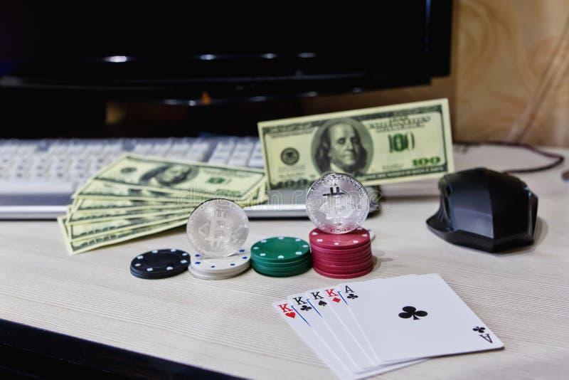 Tabellspelaregå i flisor cards myntar online-kasinot, och cryptocurrency arkivfoton