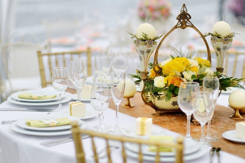 Tabelluppsättning för ett händelseparti- eller bröllopmottagande fotografering för bildbyråer