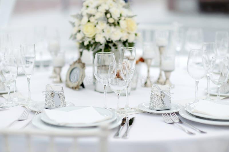 Tabelluppsättning för ett händelseparti- eller bröllopmottagande royaltyfri foto