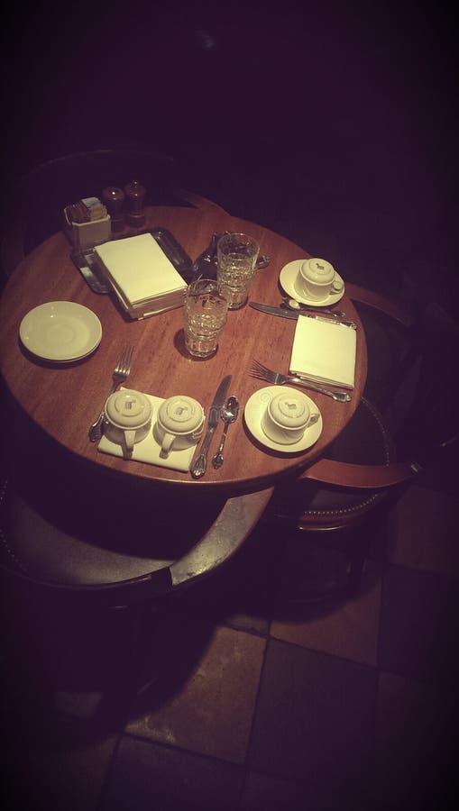 Tabelluppsättning i mörk restaurang arkivbilder