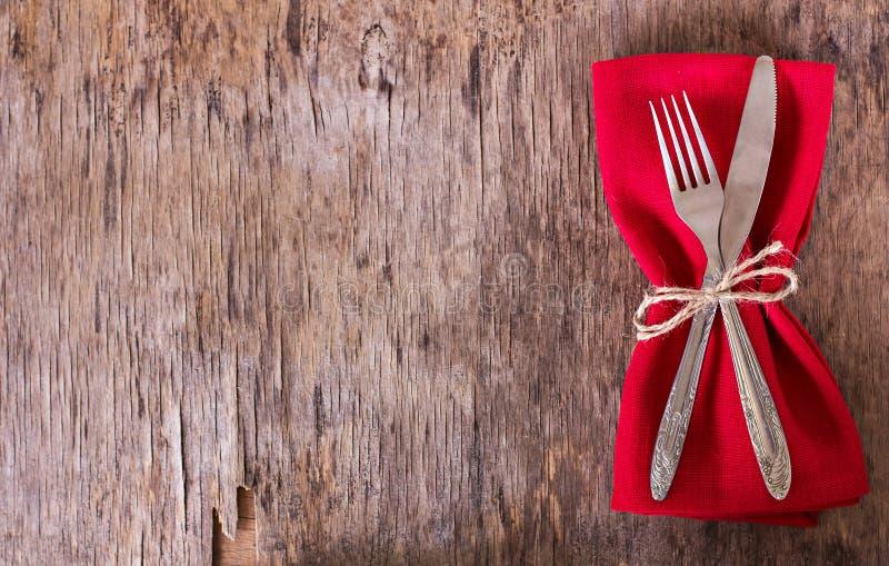 tabelluppsättning med den röda servetten royaltyfri foto