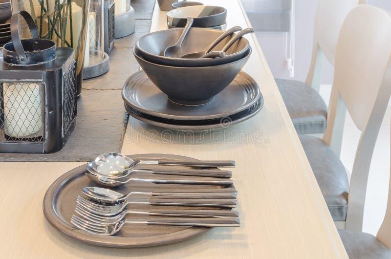 Tabelluppsättning på den trääta middag tabellen i dinning rum arkivfoton